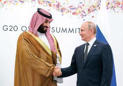 思惑はすれ違った……(サウジアラビアのムハンマド皇太子=左=とロシアのプーチン大統領) (Bloomberg)