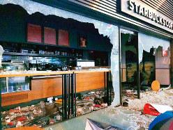 あちこちで店舗も破壊された (筆者撮影)