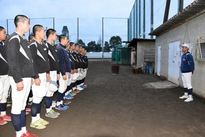 毎日の練習後のミーティングでは原田主将(右)がチームメートに語りかけていた=倉敷市新田で、松室花実撮影