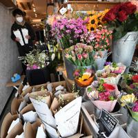 花の定期便サービス「Bloomee LIFE(ブルーミーライフ)」の提携店「フラワーギャラリー スローダンス」で配送に向けて作られる花束。オーナーの山崎悟志さんは「介護施設での教室の中止、予約のキャンセルもあって、2月からの売り上げは例年の3割減。どの業界も厳しいと思いますが、花を飾って少しでも癒やされてくれたら」と話した=東京都世田谷区で2020年3月11日、竹内紀臣撮影