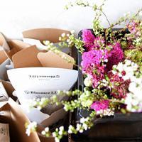 花の定期便サービス「Bloomee LIFE(ブルーミーライフ)」の提携店「フラワーギャラリー スローダンス」で宅配に向けて準備されている花と専用の箱=東京都世田谷区で2020年3月11日、竹内紀臣撮影