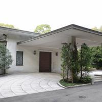 上皇ご夫妻が仮住まいされる高輪皇族邸。写真は玄関=東京都港区で2020年3月11日午後2時55分(代表撮影)