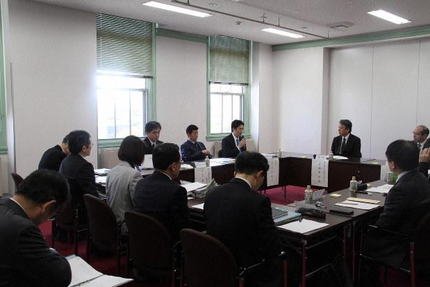 新型コロナウイルス感染症について話し合った、大阪府の「専門家会議」=大阪市中央区の大阪府庁で2020年3月12日、道下寛子撮影