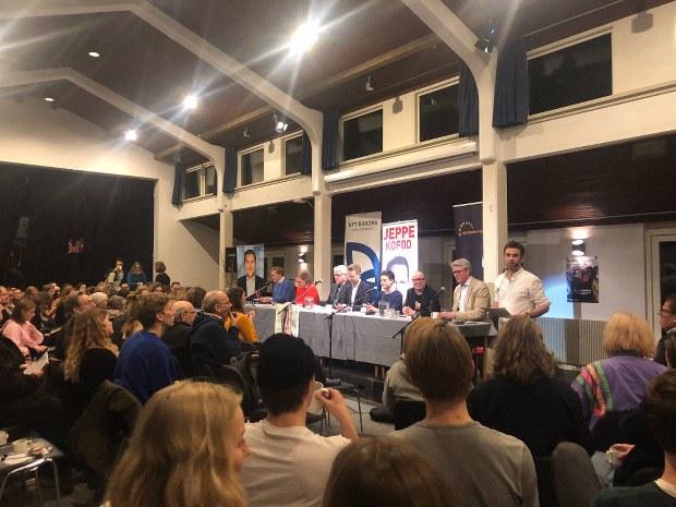 留学先のフォルケホイスコーレ。政治家の討論会が開かれ、地域の人も訪れます。校長先生がファシリテーター=2019年3月、筆者撮影