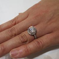ブリジャールで販売しているモアサナイトの指輪。3カラットで18万円(税込み)だ=東京都中央区で、小川祐希撮影