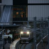 今月避難指示が一部解除された双葉町などで常磐線の運転が再開され、双葉駅に到着した始発列車=福島県双葉町で2020年3月14日午前5時57分、和田大典撮影