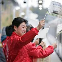 今月避難指示が一部解除された双葉町などで常磐線の運転が再開され、双葉駅に到着する列車を迎える同町役場職員ら=福島県双葉町で2020年3月14日午前6時39分、和田大典撮影