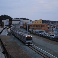今月避難指示が一部解除された双葉町などで常磐線の運転が再開され、双葉駅を出発する始発列車=福島県双葉町で2020年3月14日午前5時59分、和田大典撮影