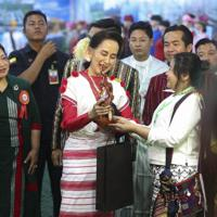 少数民族らの文化交流イベントに参加するアウンサンスーチー氏(中央)=ミャンマーの最大都市ヤンゴンで2020年2月1日、AP