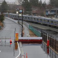 3月に避難指示が一部解除され、福島第1原発事故後初めて全線で運転を再開したJR常磐線の大野駅を出発する特急ひたち。大熊町で今回避難指示が解除されたのは駅周辺とそこにつながる道路などで、避難指示が維持される区域は通行を規制するバリケードが設けられている=福島県大熊町で2020年3月14日午後3時56分、和田大典撮影