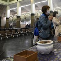 東京大空襲から75年となり、東京都慰霊堂で焼香する人たち。新型コロナウイルスの影響で「例年の数分の1の少なさ」(都慰霊協会)だった=東京都墨田区で2020年3月10日午前11時19分、丸山博撮影