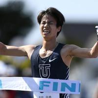 男子20キロ競歩、1位でフィニッシュする池田向希=石川県能美市営コースで2020年3月15日、久保玲撮影