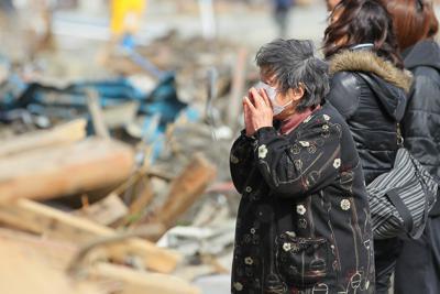 津波で破壊された自宅前で、逃げ送れた息子夫妻の名前を呼ぶ女性=宮城県南三陸町で2011年3月18日午後1時43分、森田剛史撮影
