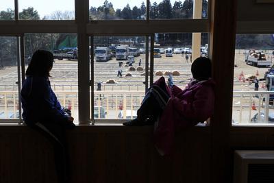 被災者が見つめる中、建設が始まった仮設住宅=岩手県陸前高田市の市立第一中学校で2011年3月19日午前11時12分、兵藤公治撮影