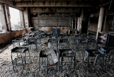 火災で黒焦げになった門脇小学校の校舎内=宮城県石巻市で2011年3月20日午前11時15分、森田剛史撮影