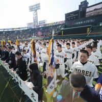 第83回選抜高校野球大会の開会式で、黙とうをする東北(宮城)などの選手たち=阪神甲子園球場で2011年3月23日午前9時1分、貝塚太一撮影