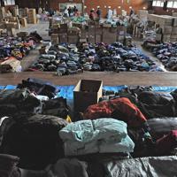 地域拠点の避難所となっている陸前高田市立長部小学校の体育館には支援物資の洋服がきれいに畳まれ保管されていた。ここから近隣地域の中小規模の避難所にも支援物資が届けられる=岩手県陸前高田市で2011年3月23日午後3時20分、宮間俊樹撮影