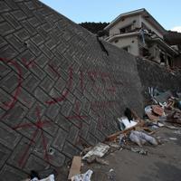 塀に書かれた「ガンバローオナガワ」の文字=宮城県女川町で2011年3月23日午後4時56分、梅田麻衣子撮影