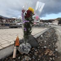 花束と一緒に供えられたさびた包丁=宮城県女川町で2011年3月23日午後4時31分、梅田麻衣子撮影