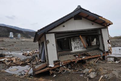 「壊さないで」と書かれた津波で流された民家=岩手県陸前高田市で2011年3月24日午後3時22分、西本勝撮影