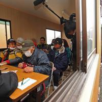 被災地で最も早く仮設住宅の建設が始まった岩手県陸前高田市で、県に建設を要請している約4000戸の入居受け付けが始まり、プレハブ仮庁舎を訪れて申し込みをする人たち=2011年3月26日午前8時40分、小出洋平撮影