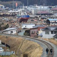 内陸に約800メートル流された漁船「第18共徳丸」=宮城県気仙沼市鹿折地区で2011年3月26日、梅村直承撮影
