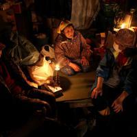 電気が通じてないため、夜はろうそくの明かりで過ごす。「電気が来ればなぁ」という言葉に皆がうなずいた=岩手県釜石市箱崎町で2011年3月26日午後6時39分、佐々木順一撮影