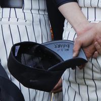 第83回選抜高校野球大会に出場した東北の選手の帽子に書かれた「2011・3・11東日本大震災」の文字=阪神甲子園球場で2011年3月28日午前8時56分、三村政司撮影