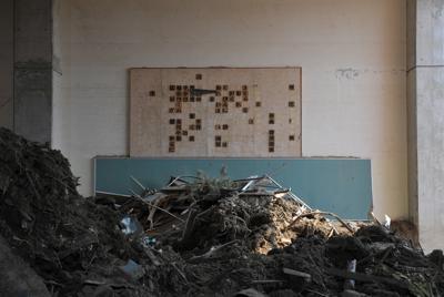 行方不明者の捜索が続く大川小学校。校内の壁には校歌がかかっていた=宮城県石巻市釜谷で2011年3月30日午後1時35分、三浦博之撮影