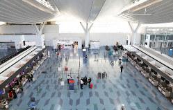 新型コロナウイルスの影響で欠航が相次ぐなどして、閑散とした羽田空港第3ターミナルの出発ロビー=羽田空港で2020年3月15日午後3時32分、小川昌宏撮影