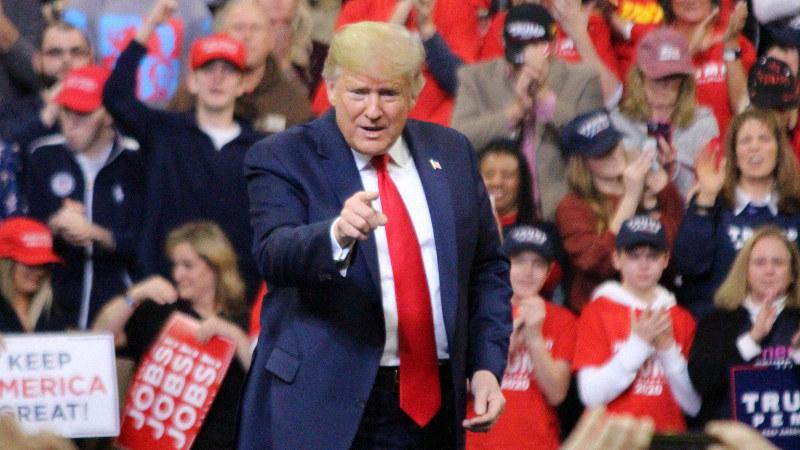 集会で支持者の歓声に応えるトランプ米大統領=米アイオワ州デモインで2020年1月30日、高本耕太撮影