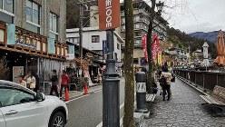 若者でにぎわう下呂温泉=2020年3月8日、筆者撮影