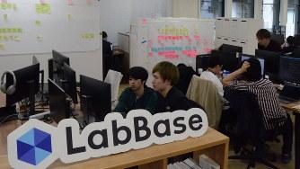 現役東大生が起業したPOLの本社オフィス。「逆指名型」の就活支援事業「ラボベース」で就職先の選択肢を広げている=東京都千代田区で3月13日、三沢耕平撮影