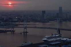 夕暮れ時、横浜港に停泊するクルーズ船「ダイヤモンド・プリンセス」(右下)=2020年2月20日、本社ヘリから