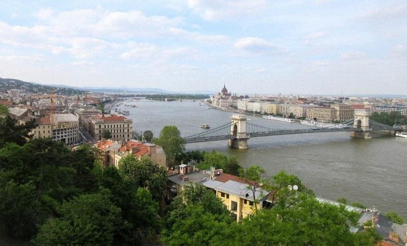 王宮の丘(ブダの丘)からドナウ川を望む。対岸はペストの町(写真は筆者撮影)