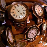 100年以上前に製造された壁時計が並ぶ喫茶店「おじいさんの古時計」=大阪府交野市で、山田尚弘撮影(魚眼レンズ使用)