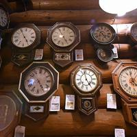 喫茶店「おじいさんの古時計」に並ぶ、100年以上前に製造された壁時計=大阪府交野市で、山田尚弘撮影