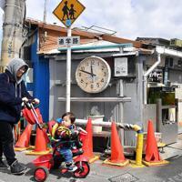 町工場「ツカサ工作所」に掛けられた丸時計。地域の人たちにも慣れ親しまれている=大阪市西成区で、山田尚弘撮影