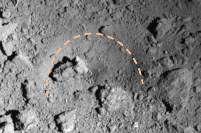 はやぶさ2が小惑星リュウグウに作った半円形の人工クレーター(点線部分)=宇宙航空研究開発機構、東京大など提供