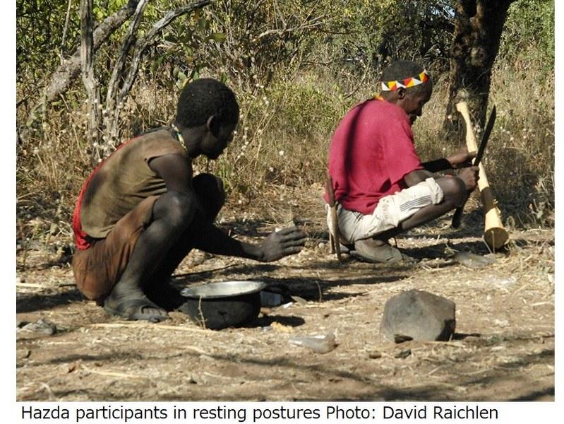 しゃがんでいるハッザ族の人たち=David Raichlen氏撮影