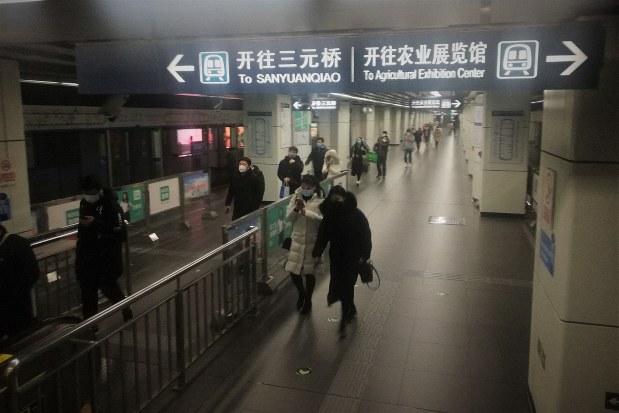 休業明け1カ月が経過した北京市内の地下鉄駅。通勤ラッシュ時に客がひしめき合っていた光景はまだ戻っていない=2020年3月10日、赤間清広撮影