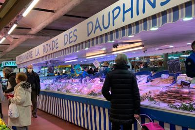 店の人やお客の中にマスク姿の人がちらほら見られた=パリ郊外のマルシェで、筆者撮影