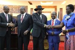 連立政権の発足を祝い、キール大統領(中央)やマシャール第1副大統領(左から2人目)と握手を交わす3人の副大統領=南スーダンの首都ジュバで2020年2月22日、小泉大士撮影