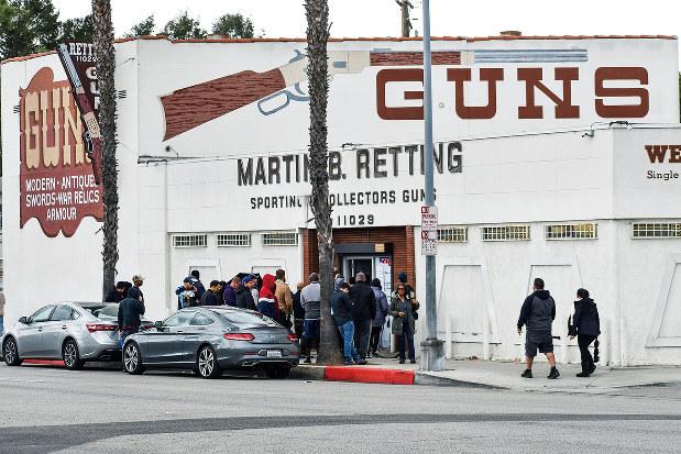 銃販売店の前で列を作り入店を待つ人たち(米西部カリフォルニア州ロサンゼルス近郊)福永万人撮影