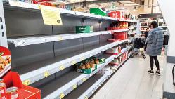 3月14日、ドイツの一部スーパーでは、市民の買いだめで保存食品の棚が空になった 筆者撮影