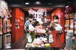 京都のお土産店でマスクをつける販売員 (Bloomberg)