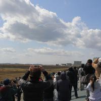 ギリシャのアテネで採火された東京オリンピックの聖火が到着し、歓迎セレモニーでブルーインパルスが青空に描いた五輪のシンボルマーク。強風で形ははっきりしなかった=宮城県東松島市で2020年3月20日午前11時41分、手塚耕一郎撮影