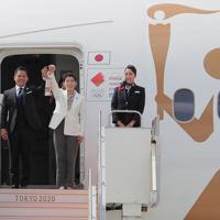 ギリシャから特別機で航空自衛隊松島基地に到着した東京オリンピックの聖火を手にする野村忠宏さん(左)と吉田沙保里さん=宮城県東松島市で2020年3月20日午前11時27分、和田大典撮影