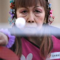 「まだまだうまくなれる」と連日卓球の練習に励む別所キミヱさん=兵庫県明石市で2020年3月9日、久保玲撮影