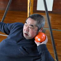 体育館で砲丸投げの練習を続ける大井利江さん=岩手県洋野町で2020年2月20日、宮間俊樹撮影